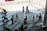 イオンモール京都「Kaede館広場」 お買い物の合間に噴水で水遊び!   京都の観光と子どもの遊び場150ヶ所...